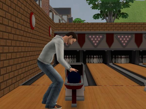 Денис играет в боулинг.