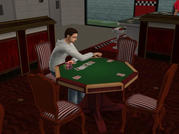 Денис играет в покер.