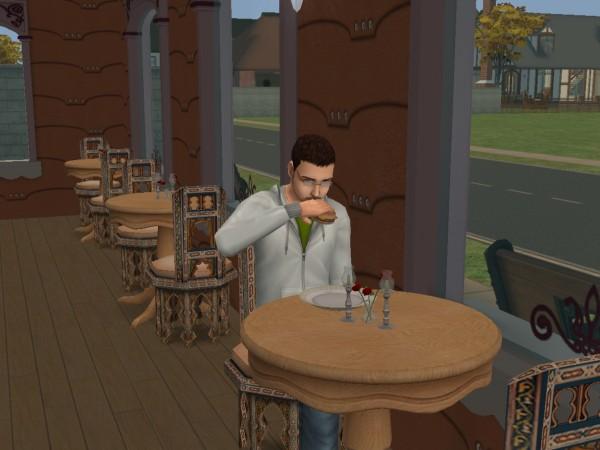 Денис кушает гамбургер в кафе Фастфуд.